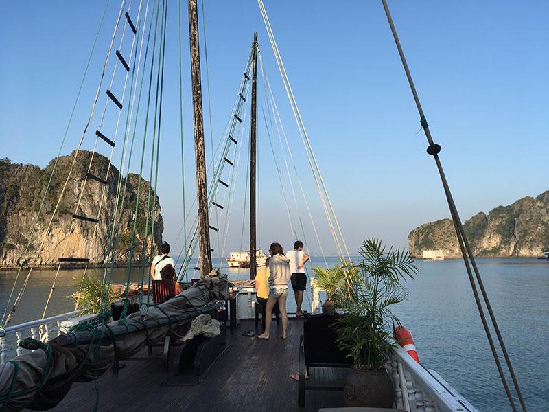 Pont sur jonque Baie d'Halong