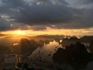 Coucher de soleil sur la baie d'Halong depuis Hon gai